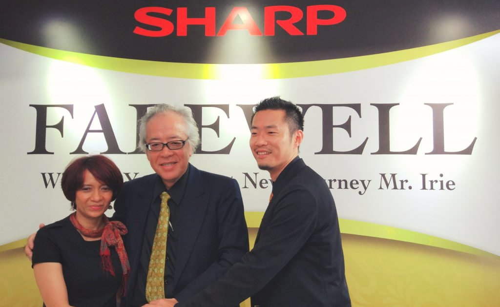 (Ki-Ka) Herdiana Anita (GM Product Planning), Fumihiro Irie (President Director) dan Haruhiko Sano (Brand Strategy Group General Manager), PT.SHARP Electronics Indonesia saat acara perpisahan Fumihiro Irie di Jakarta, 11 April 2017. Majalah MARKETING/Lia Liliyanti